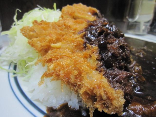 キッチン南海 神保町店 - 粗めのパン粉に覆われた、サクサク、熱々のカツ。  大きめですが、お肉は薄め。