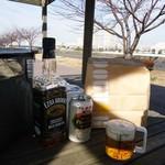 ドトールコーヒーショップ - 近くの境川で酒といっしょに食す。
