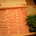 16829337 - 3~4人分です。木枠に綺麗に並べられた豚肉。