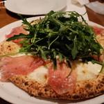 デカンターレ・ロッソ - 生ハムと野菜のルッコラのピッツァ