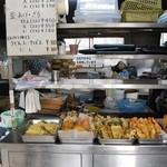 山下うどん店 - 天ぷらが並んでます