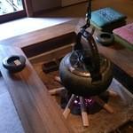 料理旅館・天ぷら吉川 - 入口の囲炉裏です。