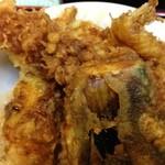 天ぷらそば ふくろう - 天丼650円、エビ天など、タレは濃いめ