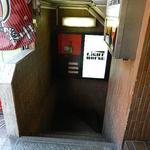 Lighthouse - ここから地下のお店へ降りて行きます