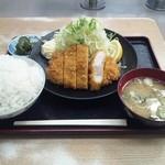 愛鷹パーキングエリア(下り)・スナックコーナー - 男のとんかつ定食780円です。ご飯大盛りはもちろん無料。
