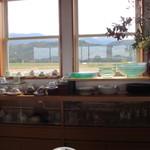 naru - 私は一人でしたからカウンターで食事をいただきましたがカウンター越しの窓からはのどかな田園風景を望むことができましたよ。