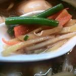 まるめん堂 - 具、その5…野菜(スナックエンドウ、ニンジン、ジャガイモ)