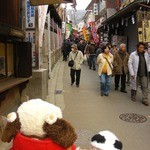 寿々屋 - 石切参道商店街をお散歩中・・・すごい人だな~昔ながらのレトロなお店が並んでいて、とってもいい感じ。お店ののぼりがいっぱい見えるのも活気があるよね。