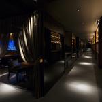 アクアリウムイタリアン心斎橋ライム - カーテンの半個室。4~6名様に最適です。カーテン越しに水槽も御覧いただけます。