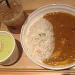 16865244 - 2013/01 カレーライス、ソフトドリンク)1,100円:牛挽肉ときのこのカレーとえんどう豆と豆乳のグリーンポタージュとアイスティー
