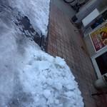 ムスカン - 店の前、雪かきが不十分