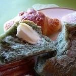ベーカリーレストラン サンマルク - 食べ放題(+¥100で)のパン