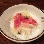 タンティ - 生ハム乗せのオニオンサラダ。シンプルなのがまた良いです。