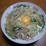いし井 - ≪自宅で自作≫持ち帰ったスープに薄切り豚肉・モヤシ・ニラ・ネギ・中華麺投入。玉子もトッピング。スープがやはり美味しい!