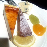 16875589 - チーズケーキにレモンをふりかけ、さらにブルーチーズも載せてみる(2013/01/18)