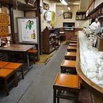 金龍食堂 - 古いながらもきちんと手入れされた店内