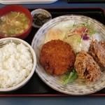 定食や - メンチカツ・鶏からセット(800円)