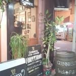 Irish pub Booties・・・ - ウッド調の外装に、樽を置いてたりと適切な演出もハマってて、オシャレな雰囲気