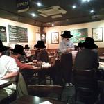 Irish pub Booties・・・ - 木目を基調としたブラウン系の暖かみある色あいで、テーブルや椅子も木製で確かに英国風パブっぽい