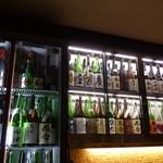 銘酒居酒屋 頑固おやじ - 当店自慢のショーケースを眺めながら、ゆっくりお酒をお楽しみください。