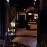 フーズフーズ - 上がってすぐ 店内の暗さはずっとこんな感じ
