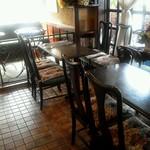 16884900 - 奥の2人掛けテーブル席へ