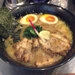 龍が如し - 龍如ラーメン  魚粉豚骨スープに加水やや高な中太麺。炙りチャーシュー  レモン片 口直しにハジカミがのってます。