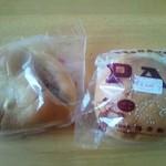 梅原製パン 直売所 ちいさなぱんやさん - 左:コロッケパン、右:エビカツバーガー