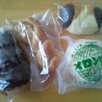 梅原製パン 直売所 ちいさなぱんやさん - 左からチョココロネ、メープルパン、板チョコパン、メロンパン