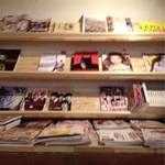 古民家カフェ&バル saburo36 - おしゃれな雑誌が沢山