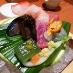キヨノ - お刺身は「トロ」「〆鯖」「鮑」「鯨ベーコン」「ウニ」「烏賊」「アボカドゼリー」・・どれも美味しい。死〆鯖も程よい〆具合で美味しそうですよ。