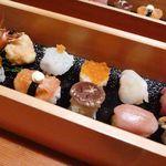 キヨノ - 名物てまり鮨・・この日は珍しい品が出されました。握りにしら海老に衣を付けて揚げてあります。揚げたすし飯を頂くのは初めてですが、中々面白い。