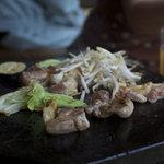 地鶏食堂 - 溶岩プレートで肉ジュージュー