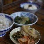 地鶏食堂 - おかわり自由の麦飯と漬物・小鉢