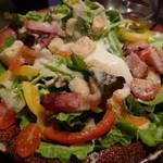 囲坊主 - 炙りベーコンと温玉のmisoシーザーサラダ