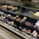 キング洋菓子店 - 美味しそうなケーキが並びます。