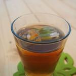 カフェ カプリ - お冷のかわりの麦茶