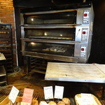 ポンレヴェック - 後ろの窯で焼いては新たなパンが足されていきます