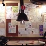 赤坂韓国料理・焼肉 兄夫食堂 - サインだらけ、耳なし芳一のお経のようにほぼ全面に張ってある。