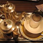 16926232 - シナモンティー(550円)のセット(湯の入ったポット、茶葉の入ったポット、茶漉しとカップ)