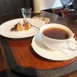 鍵屋コーヒー - いちじくのパウンドケーキとオリジナルブレンド。食器はマイセン。