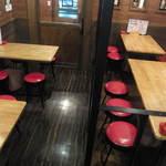 居酒屋よしざいる - テーブルは全部で4卓あります。最大12名の宴会も可能です。