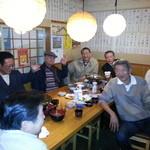 酒場三晴 - メインの大テーブル席