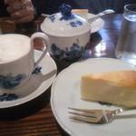 16935140 - 自家製チーズケーキ(500円)カフェ・クレーム(700円)