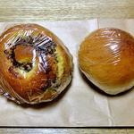 麦麦ベイク - チョコバナナパン(左)& クリームパン