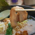 沼津魚がし鮨 - 叉焼の様子