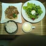 点 - ランチ洋食系にはコーンスープが付きますが、ご飯は五穀米。