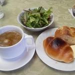 16947498 - サラダ、スープ、パン(ロールパンとバケット)