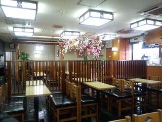 梅園 浅草本店 - 右手に食券売り場のカウンターと出入口あり