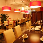 金燕酒家 - 白と赤を基調とした、中華料理店とは思えない落ち着いた空間です。